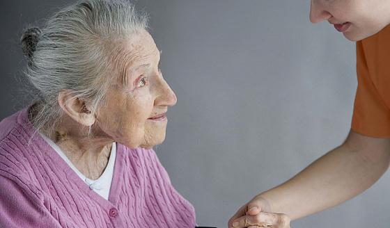 Деменция у пожилых людей: симптомы, лечение и уход, пансионат