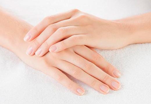 Белые пятна на руках: мелкие пятнышки