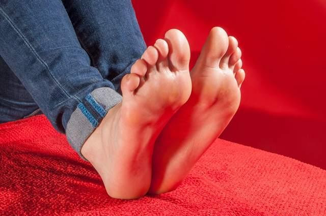 Белые пятна на ногах: ногтях пальцев, причины