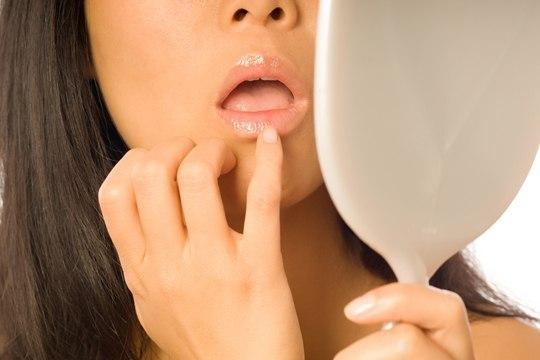 Трескаются губы: причины и лечение, почему, шелушатся, что делать