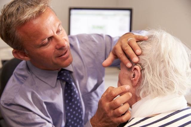 Снижение слуха у пожилых людей: лечение и симптомы проблемы