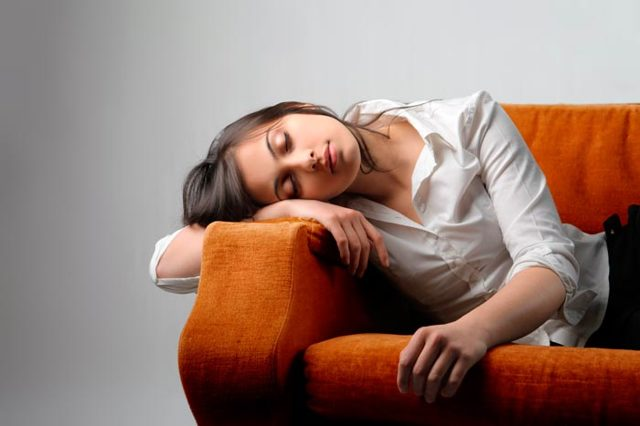 Слабость и сонливость: причины, у женщины, сонное состояние
